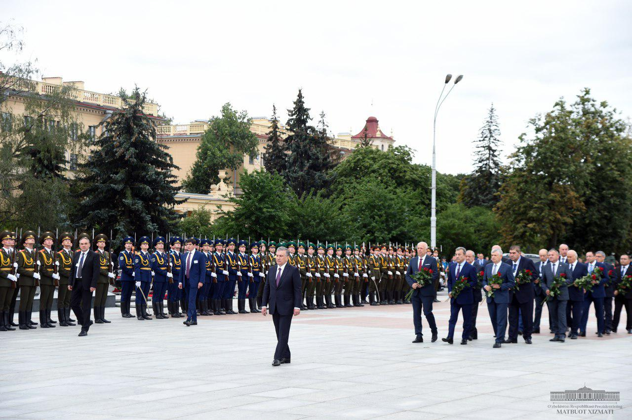 Shavkat Mirziyoyev lays wreath at the Victory Monument